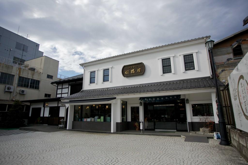 ・相馬の市街地に建つ本店