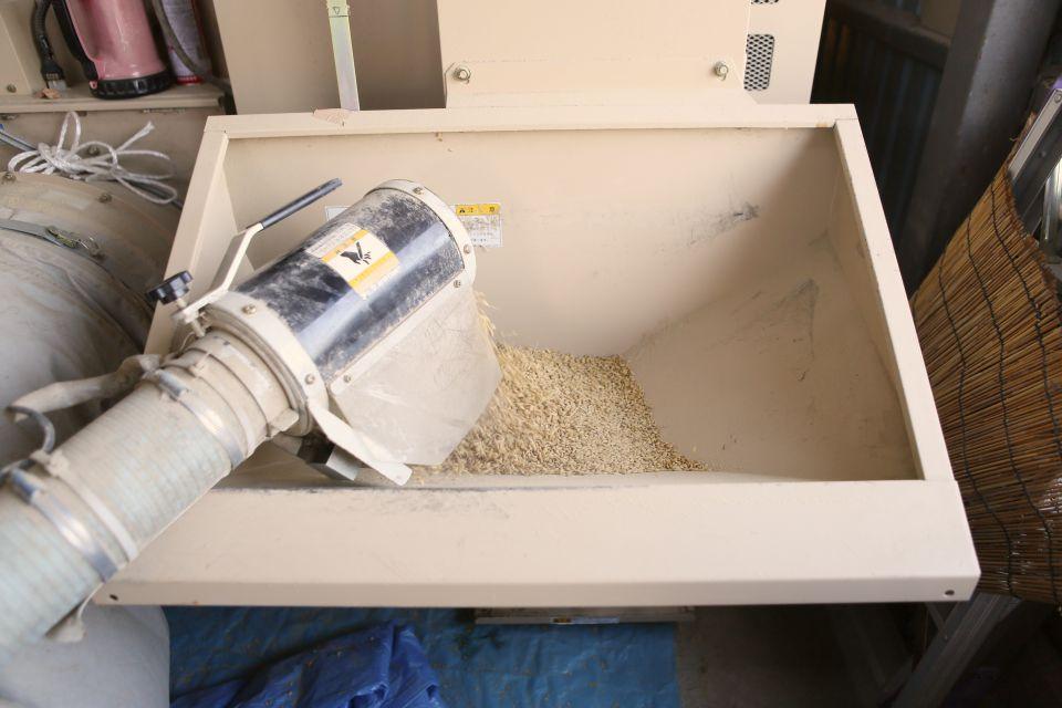 モミを入れて乾燥させる機械