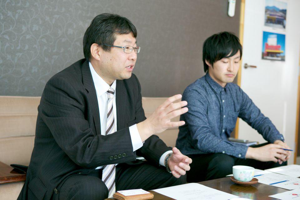 株式会社サンエイ海苔の本社営業所所長の阿部純也さんと社長室長で現社長のご長男の立谷甲一さん。