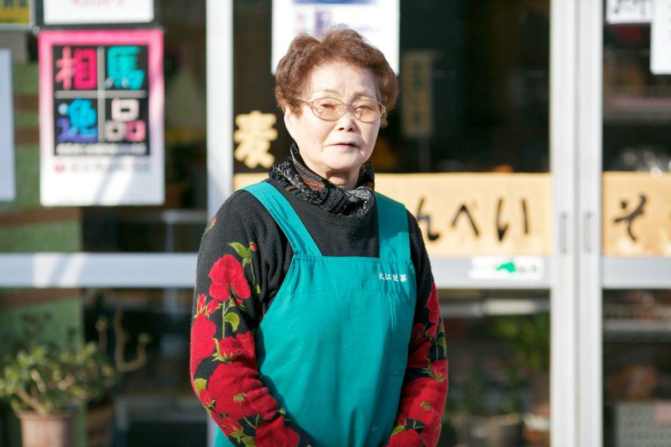 相馬市中村の大江製菓の大江富子さん。麦つきせんべいが看板商品