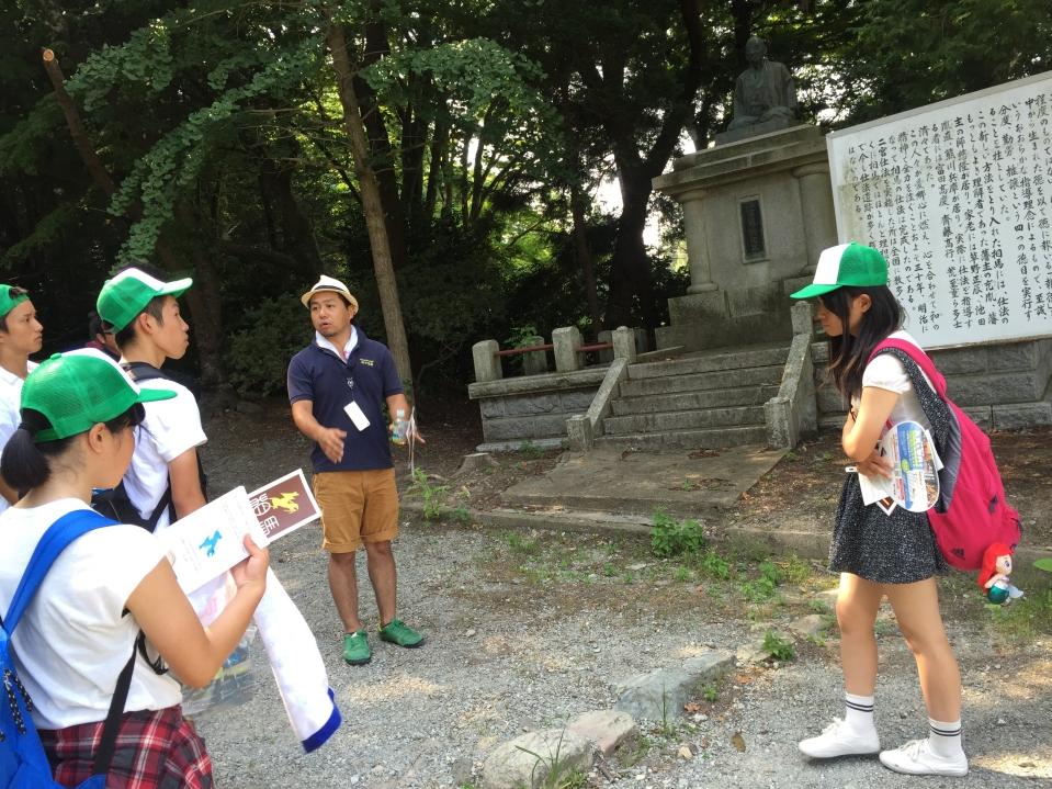相馬市でギフトショップを営む紀の国屋の獺庭大輔さんと街歩きをする岡山県備前緑陽高校のみなさん