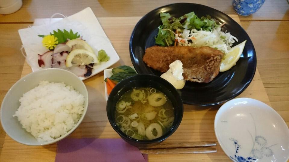 報徳庵にて昼食。相馬港で水揚げされたタラのフライとお刺身定食です。