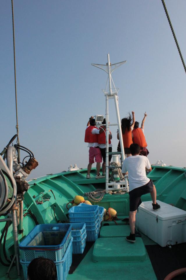 岡山県備前緑陽高校の生徒さんの記念撮影をする相馬市の漁師・菊地基文さん