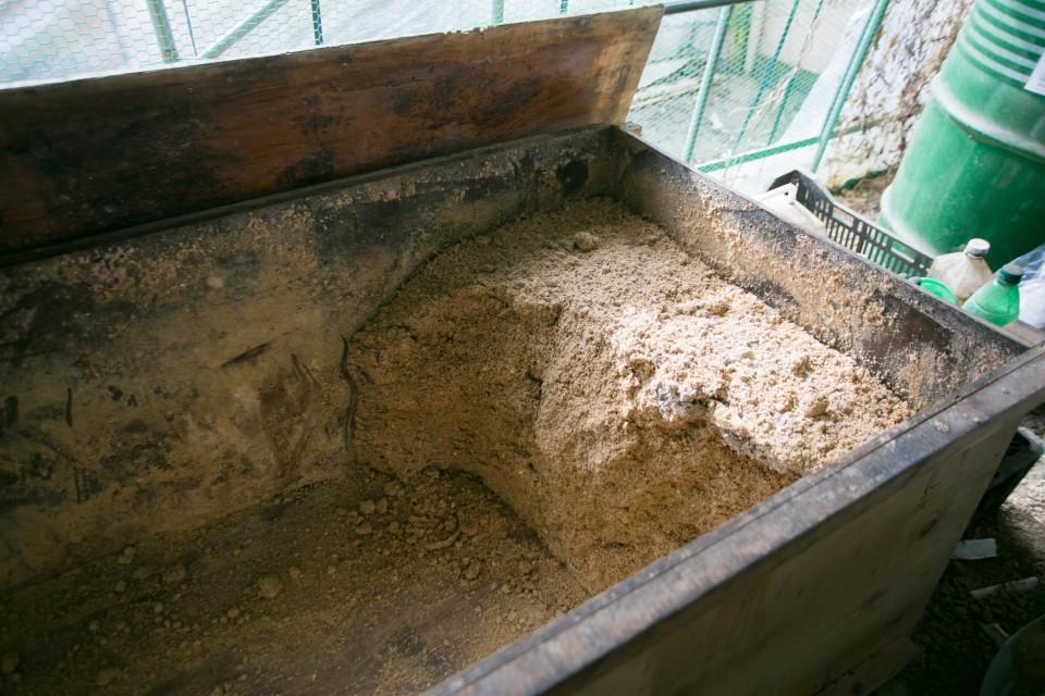 福島県相馬市にある大野村農園の自然卵養鶏法による鶏卵「相馬ミルキーエッグ」を産む鶏たちのエサ